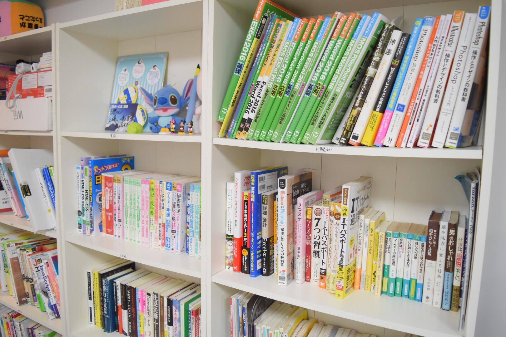 就労移行支援事業所ルーツの本棚。ビジネス書や自己啓発などの書籍も豊富。