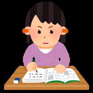 英語の勉強を独学で行う女性