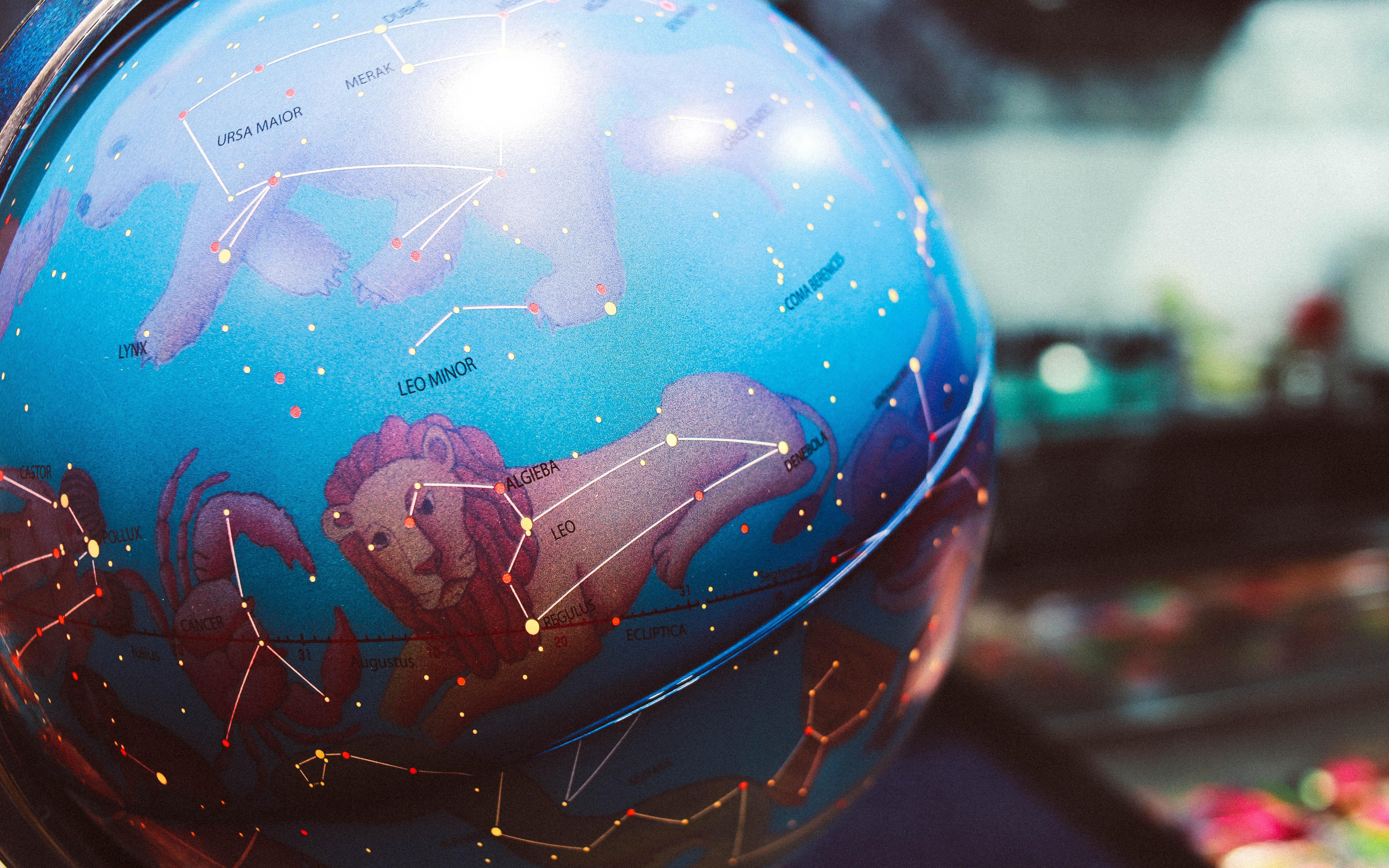 世界の精神医療について示している地球儀