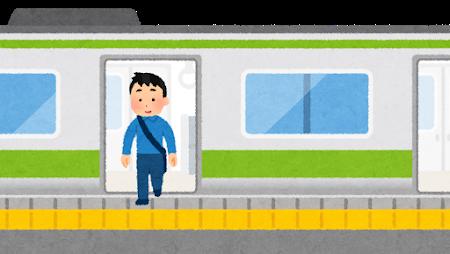 電車から降りる男性