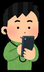 スマートフォンで英語学習をする男性