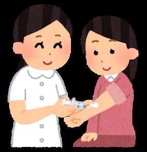 血液検査のために採血をする看護師と患者の女性
