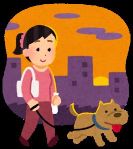 小型犬と散歩する人