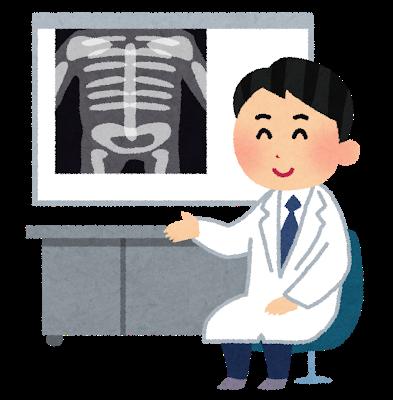 レントゲン画像を示して治療方針を説明する医師