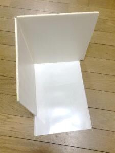 広げた簡易レフ版と下敷き