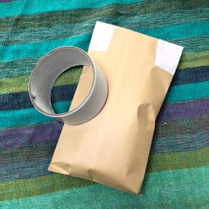 封筒をのり付けしてさらにテープでとめました