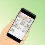 フリマアプリ使用中のスマホと手